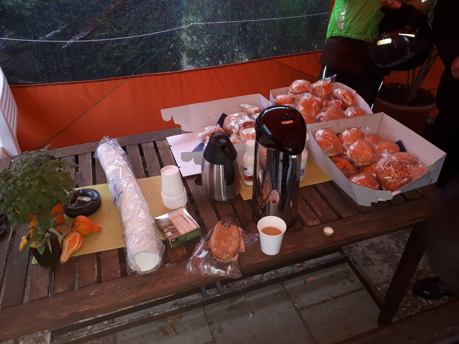Ein Frühstück mit Brötchen und Kaffee
