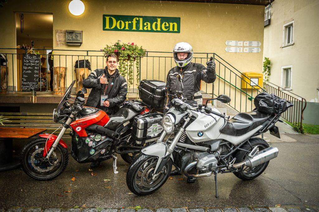 Martin Wiedemann von der EWS (rechts) und Christian Jog vom electrify-BW e.V. (links) gemeinsam mit ihren Motorrädern vorm Dorfladen in Kürnberg beim Electric Ride Schönau im Schwarzwald